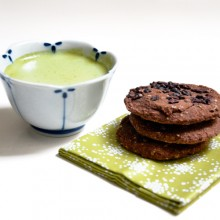 Merienda perfecta: galletas de chocolate con matcha latte